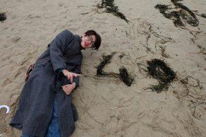 真冬の海で遊ぶ21歳。
